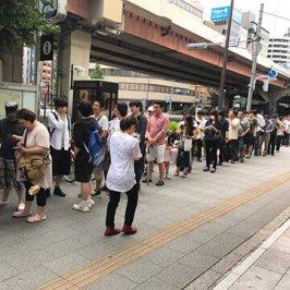 Japan: Menschen stehen für Nintendo Switch an
